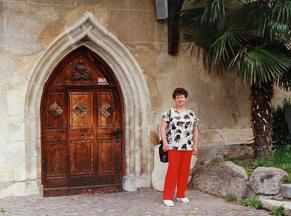 Urlaubserinnerungen 4 ..... Vor einer alten Kirche in Meran   ....   siehe auch unten:  Entrauscht !