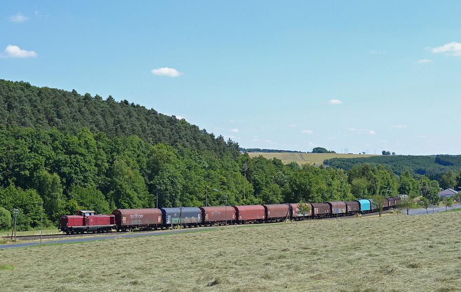 V 100 altrot mit Stahlzug im Westerwald bei Obererbach