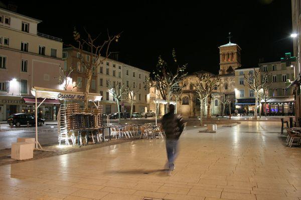 Valence, la cathédrale et la place du marché