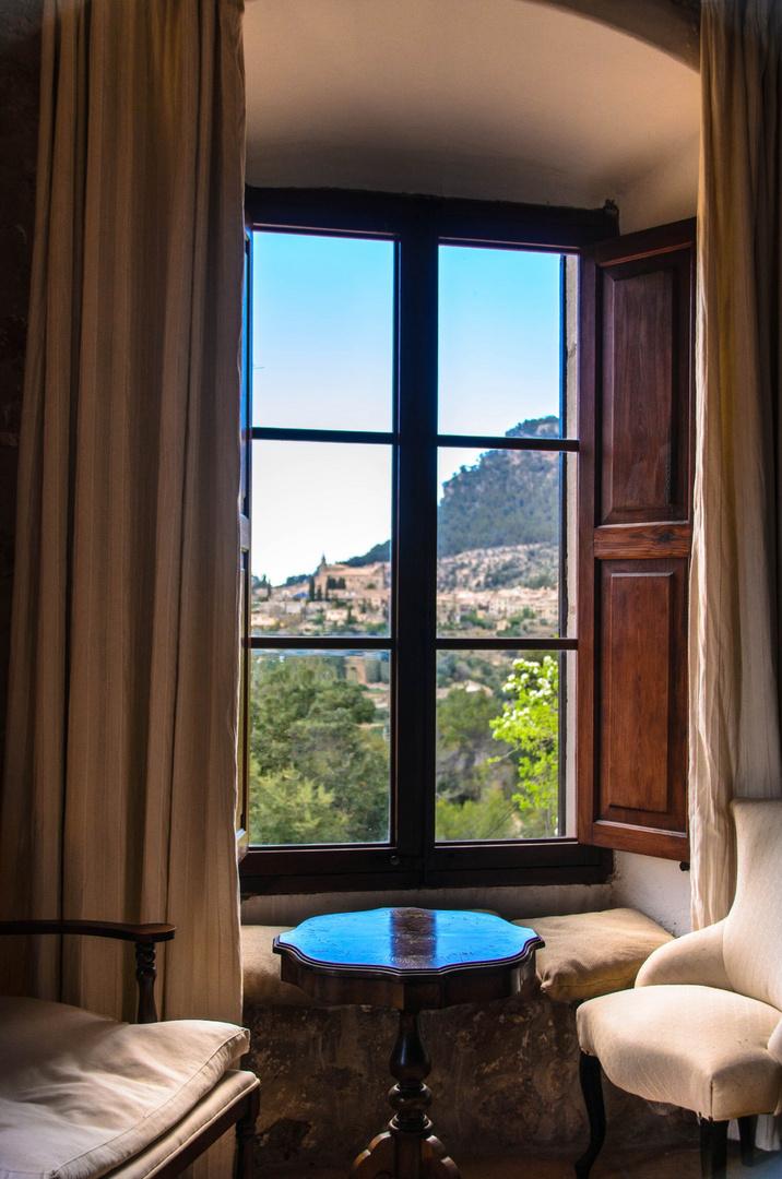 Valldemossa durch altes Fenster