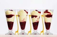 Vanille-Mousse mit roter Grütze