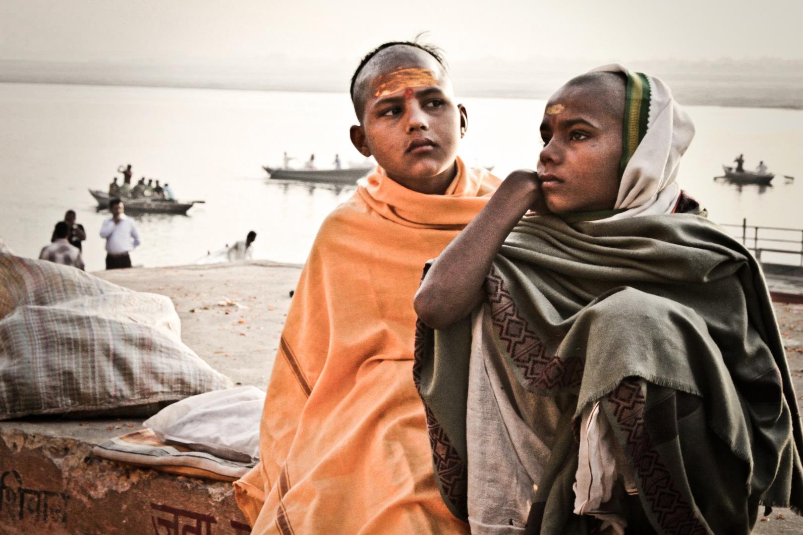 Varanasi - Verträumte Yoga Schüler am Ganges