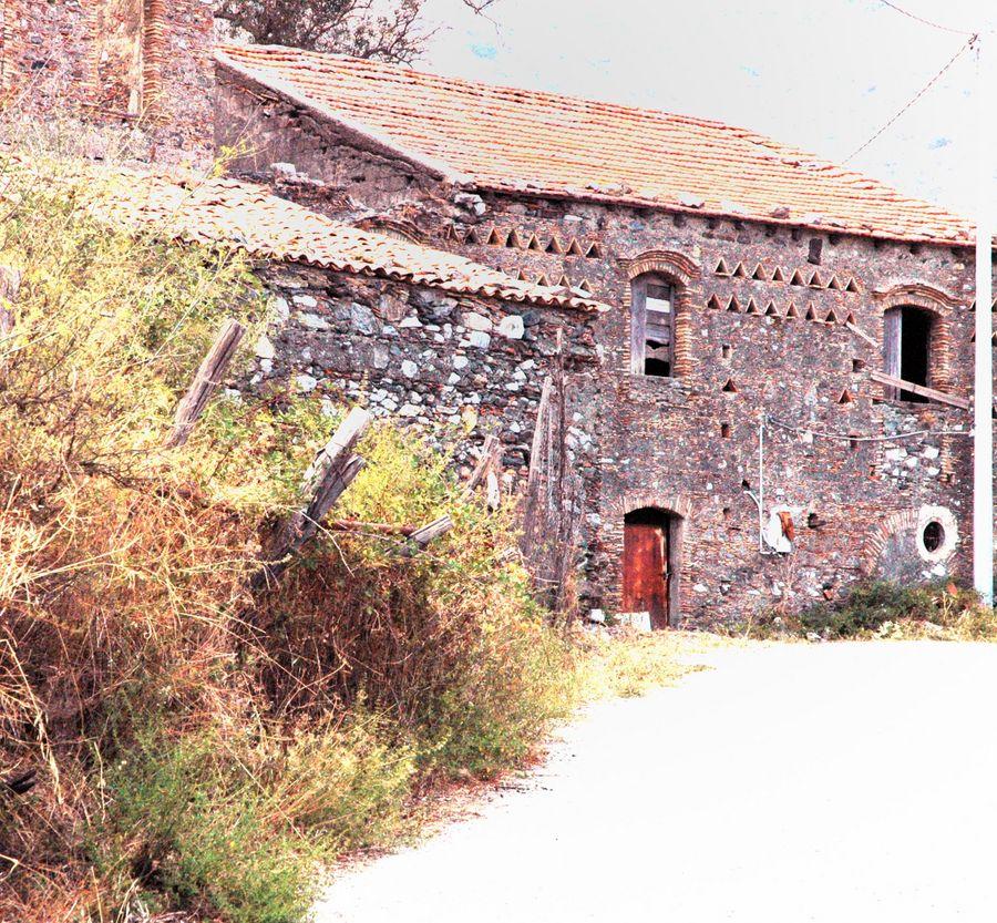 Vecchie case di campagna foto immagini paesaggi natura for Disegni di case di tronchi