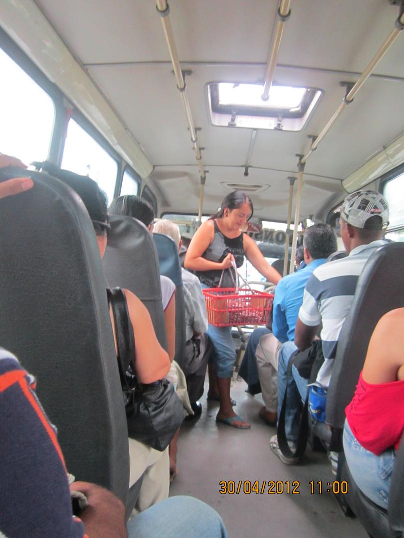 vendedora de mami en bus urbano