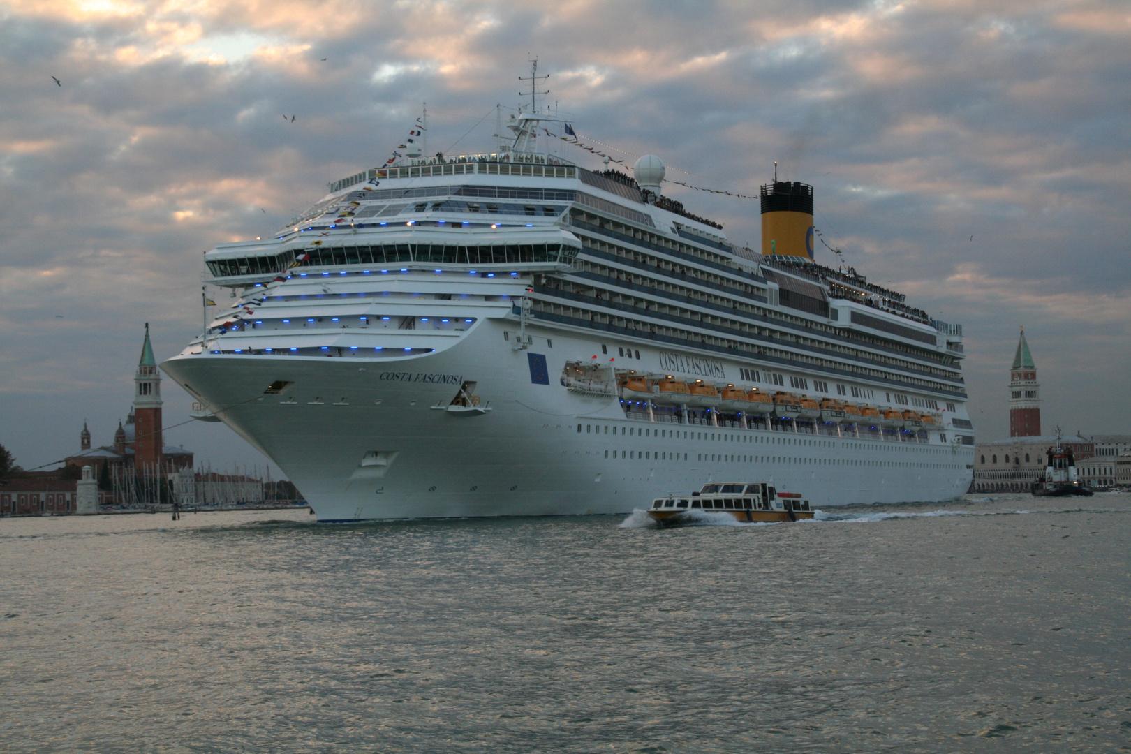 """Venedig -Ausfahrt der """"Costa Fascinosa"""" aus der Lagunenstadt-"""