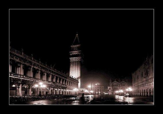 Venedig bei Nacht und leichtem Nebel