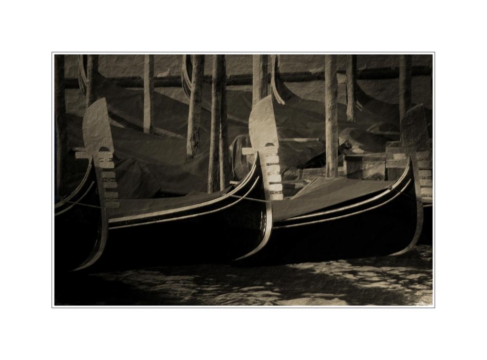 Venedig im Januar: Wenn die Gondeln Trauer tragen ...