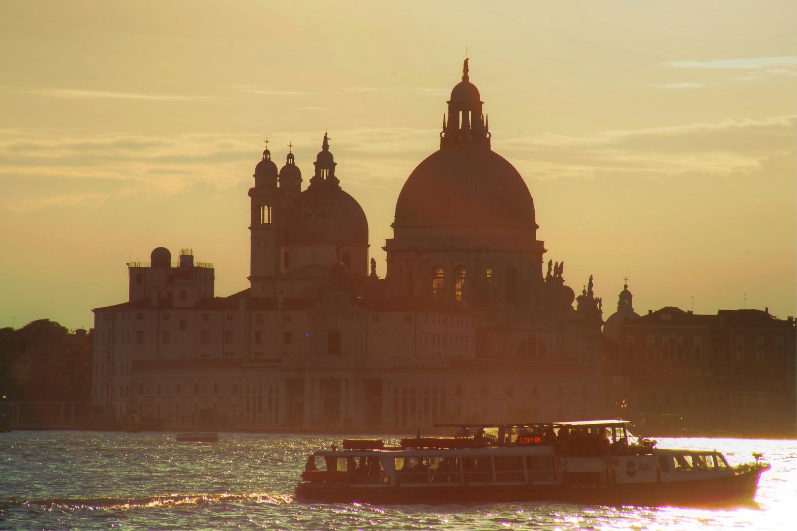 Venedig, Vaporetto vor Santa Maria della Salute