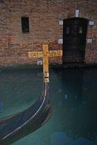 Venezia : vecchia gondola vendesi....
