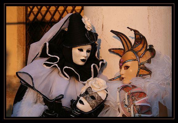 Venezianische Masken im letzten Abendlicht