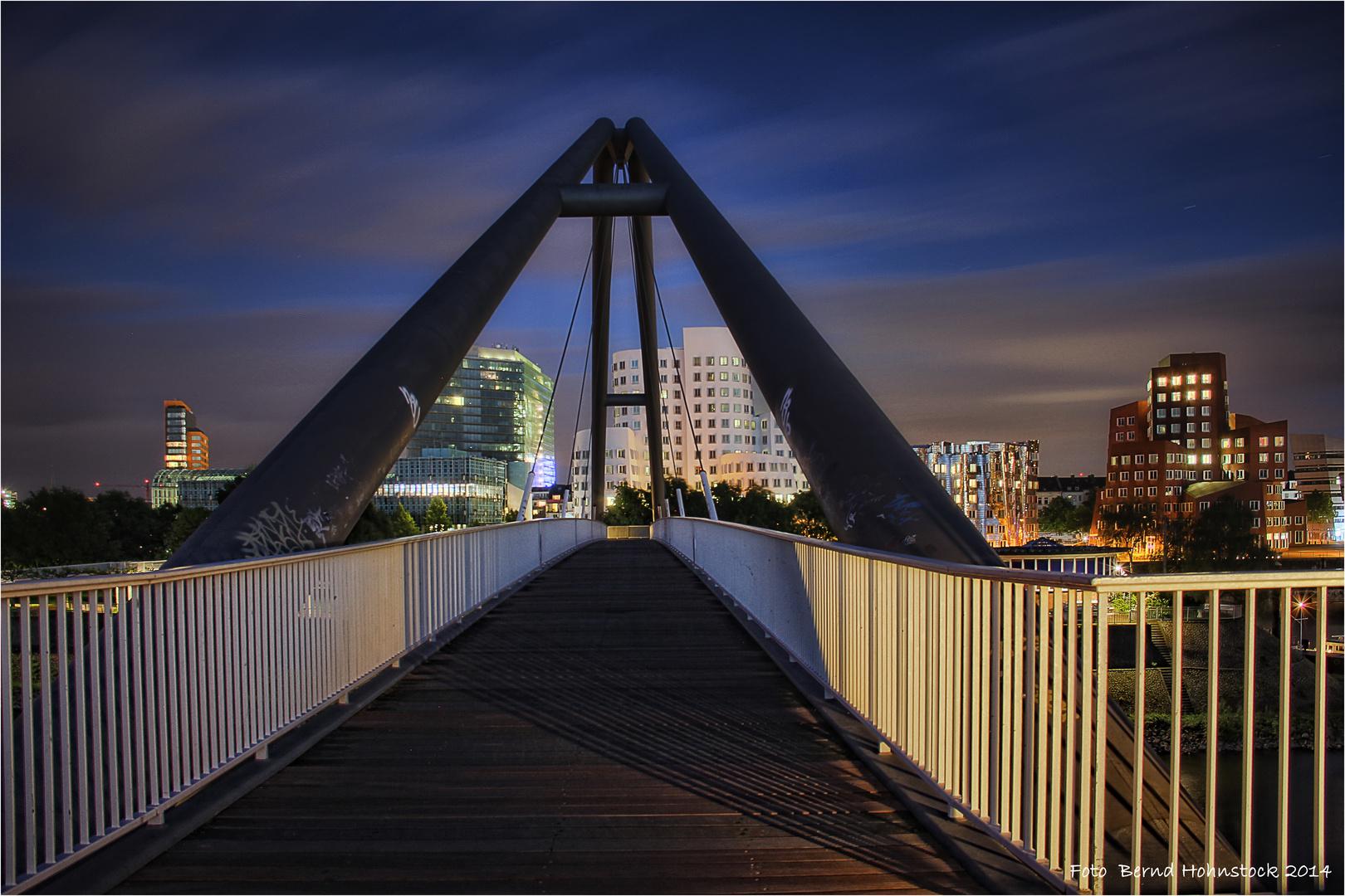 Verbindungsbrücke zum Medienhafen ....