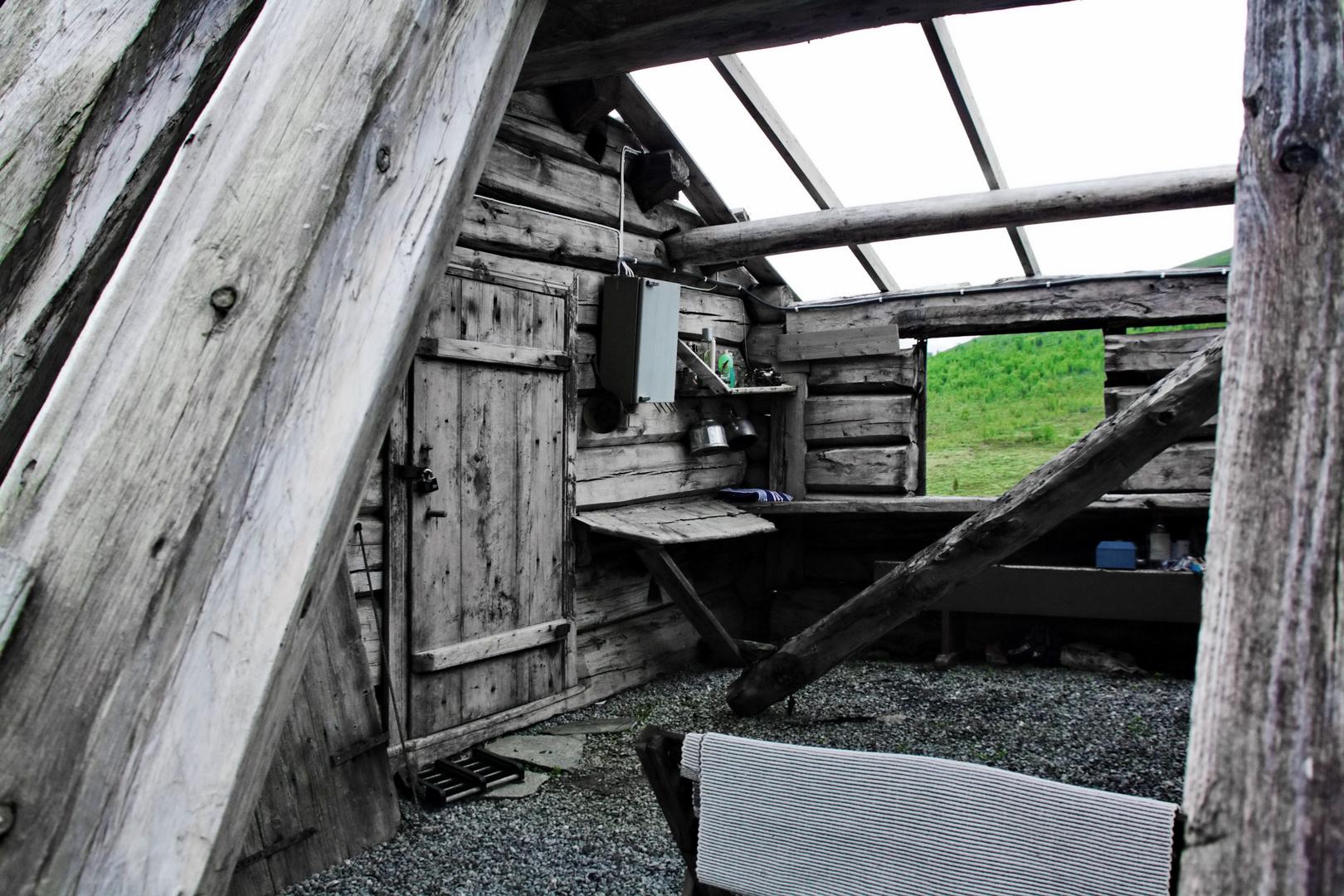 Verfallene Hütte eines Rentierzüchters