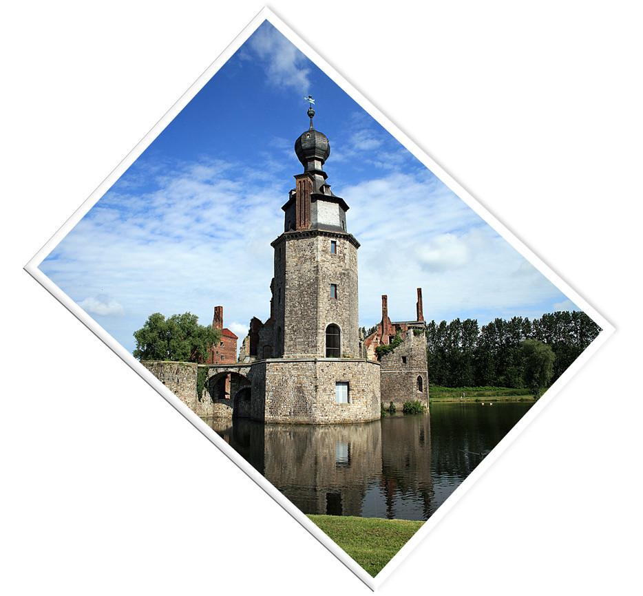 verfallenes Wasserschloss in der Nähe von Strepy Thieu/ Belgien II