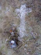 Vergessenes Straßenkreuz an einer Unfallstelle nach dem ersten Schnee