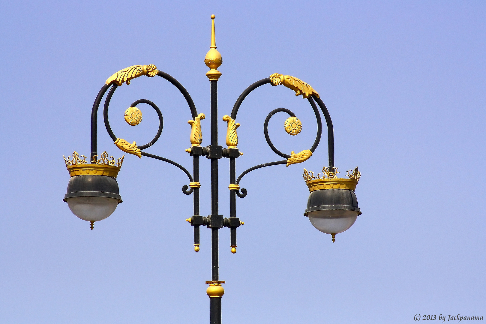 vergoldete Straßenlampe am Port Sultan Quaboos (im Oman)