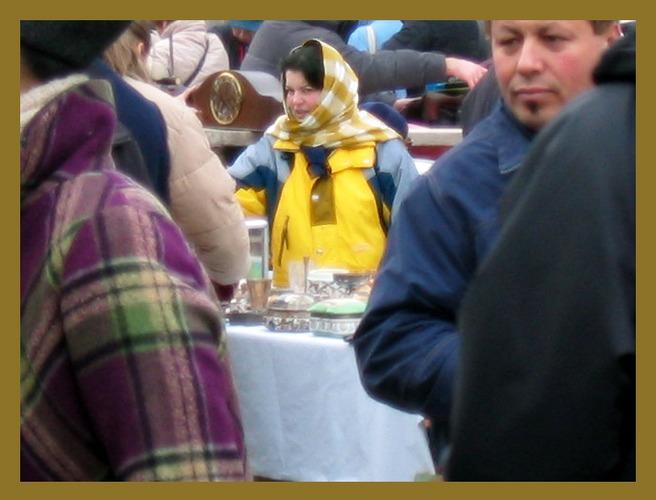 verkäuferin am flohmarkt