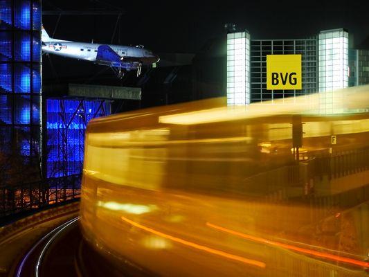 Verkehr vor dem Verkehrsmuseum