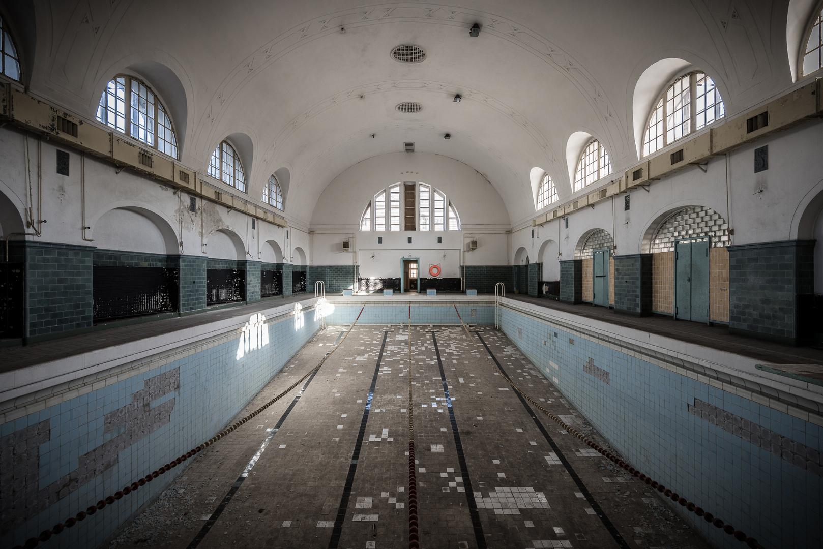 Verlassenes schwimmbad foto bild architektur lost - Schwimmbad architektur ...