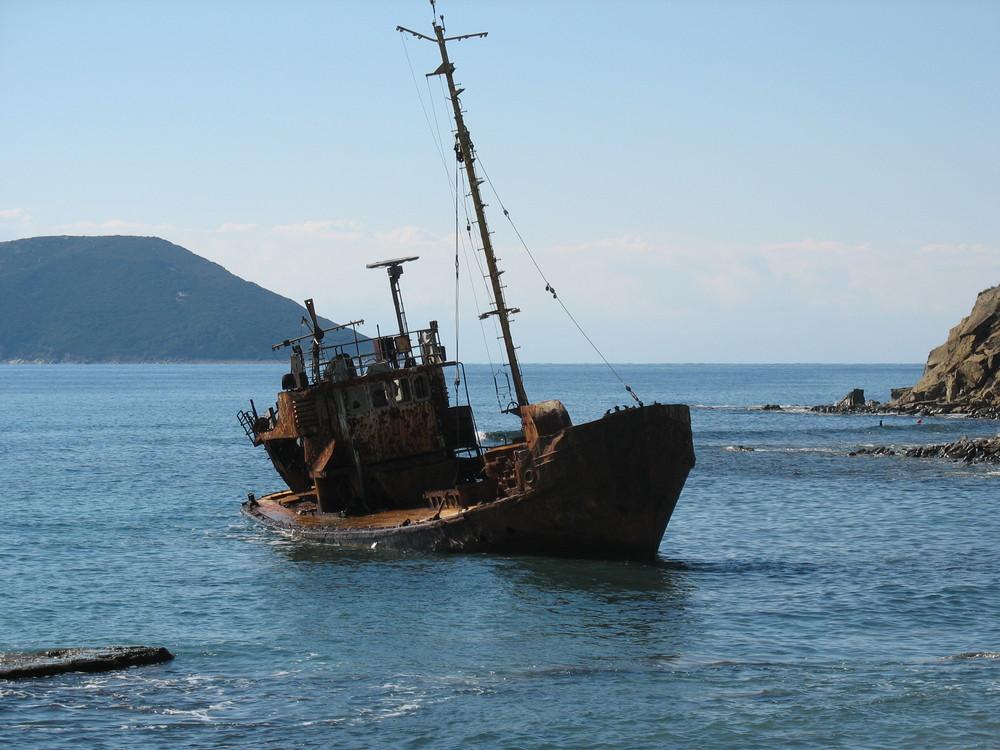 Verrostetes Schiffswrack in Griechenland