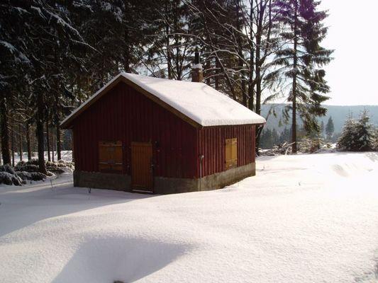 ...verschneite Hütte...
