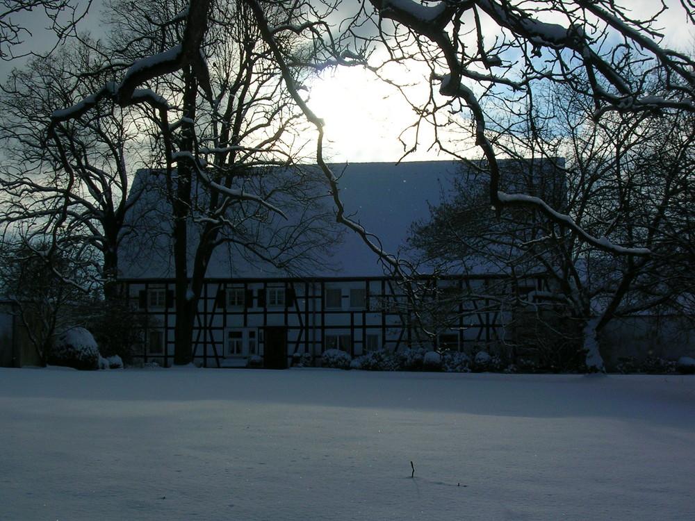 verschneites Bauernhaus