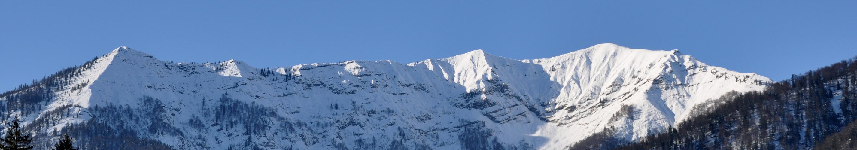 verschneites Bergmassiv