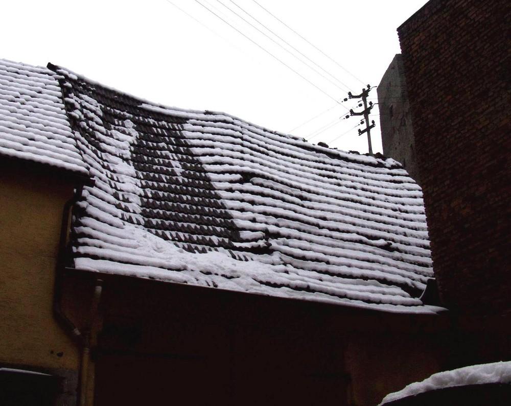 Verschneites Dach in der Runkler Altstadt