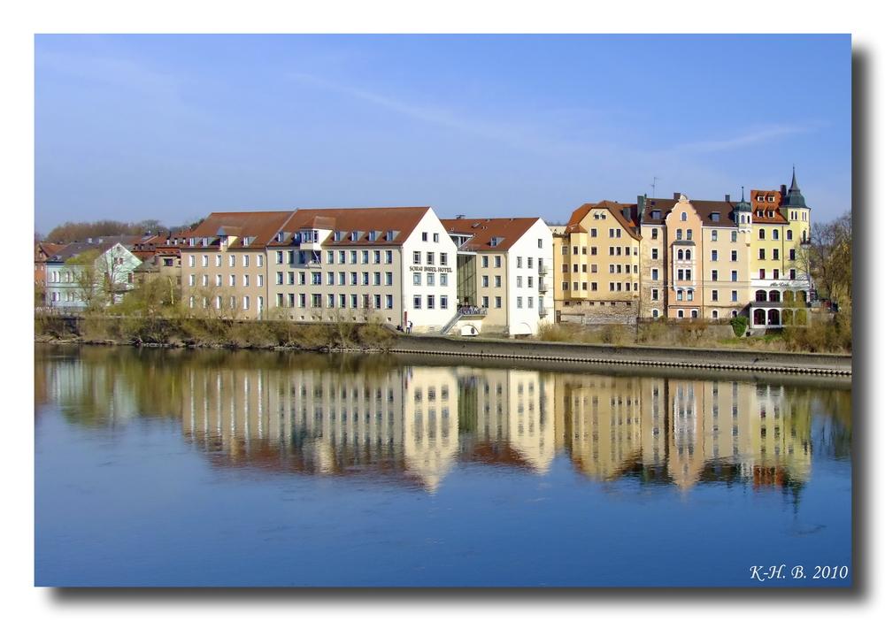 Verschwommene Reflektionen an der Donau in Regensburg.