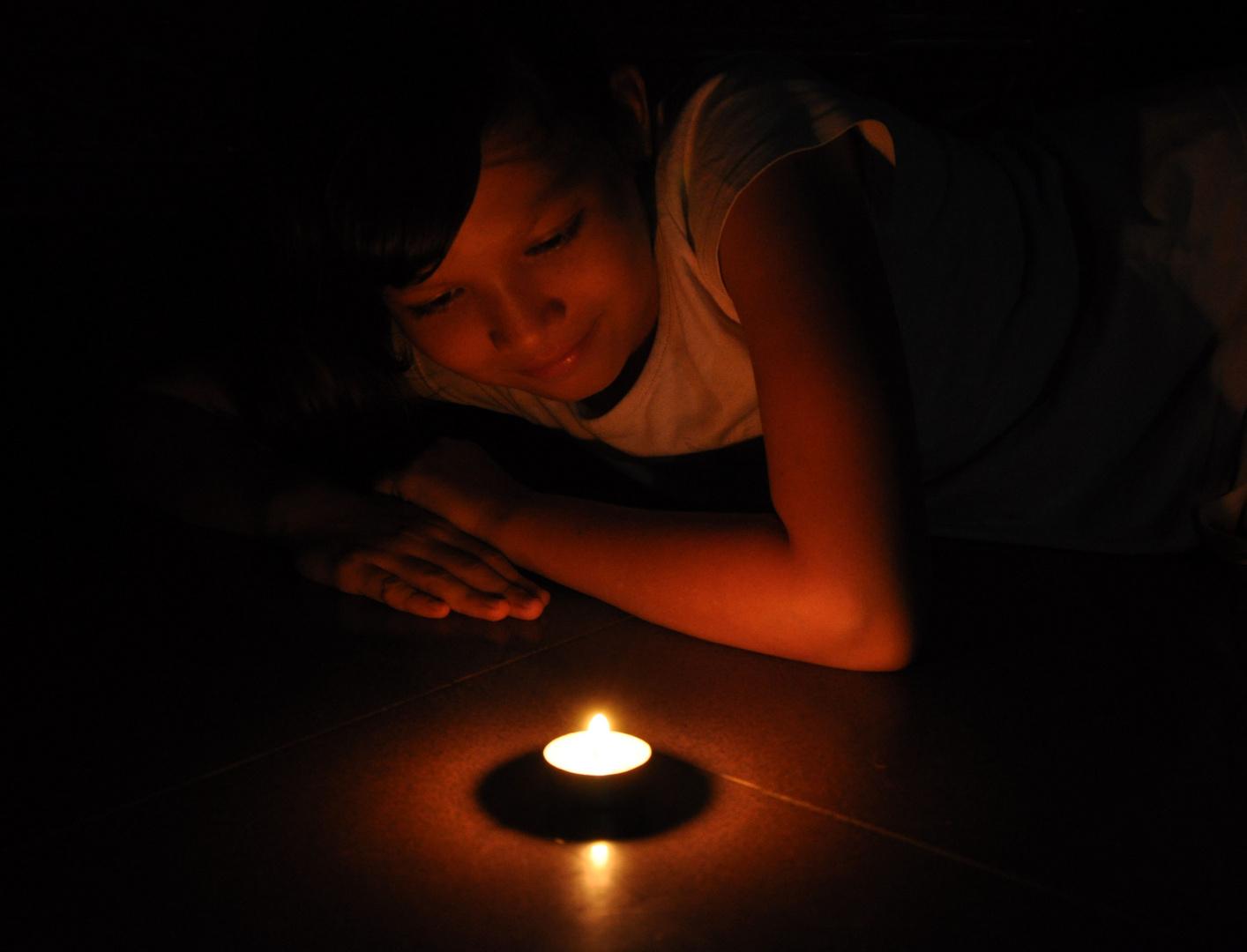 versunken im Kerzenschein