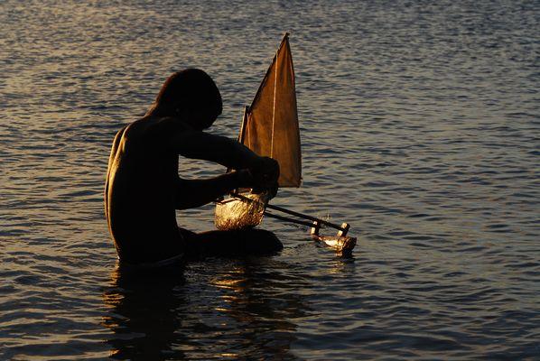 versunken im Traum vom Segeln in der Abendsonne