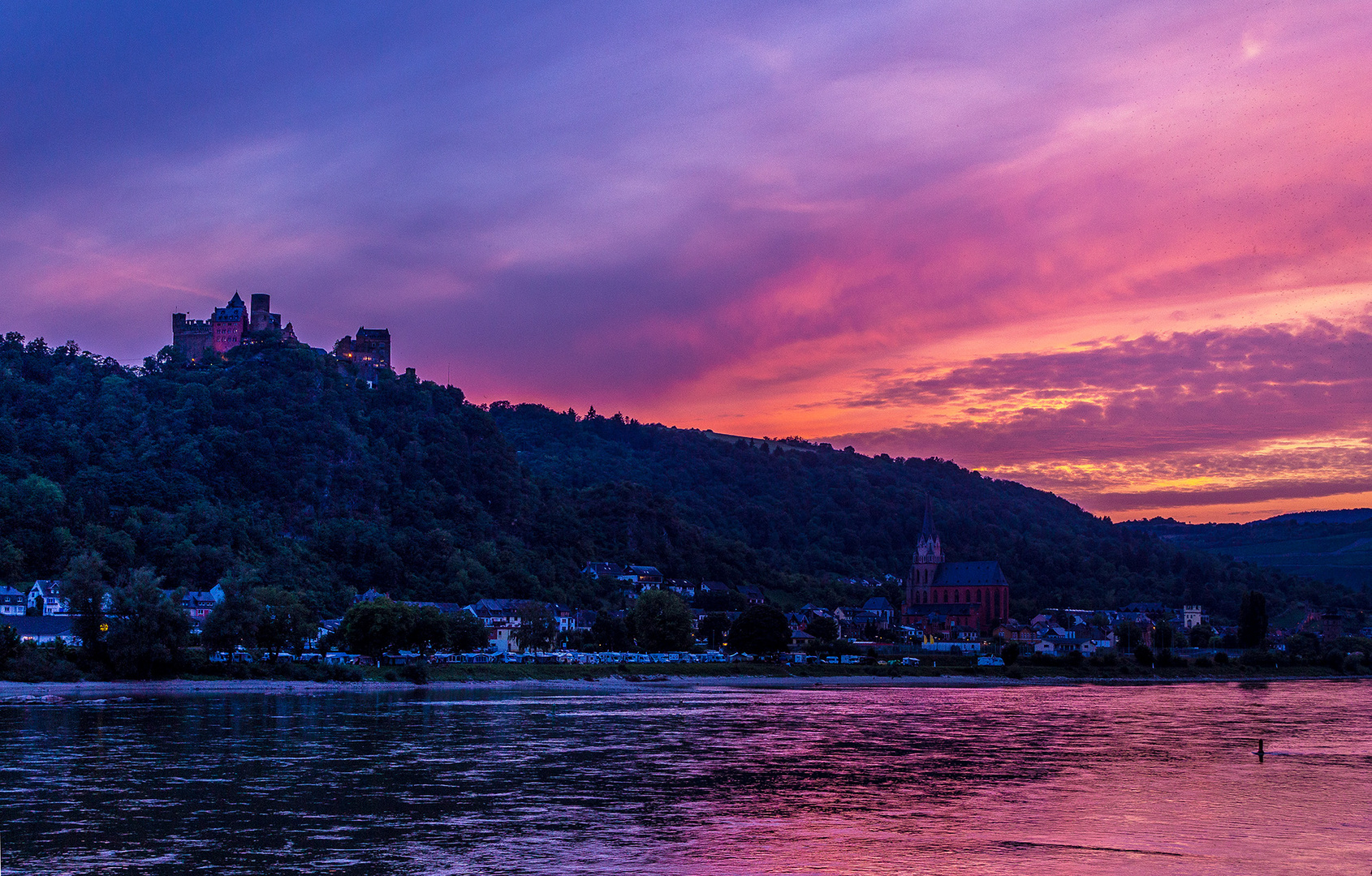Verträumte Burg nach Sonnenuntergang