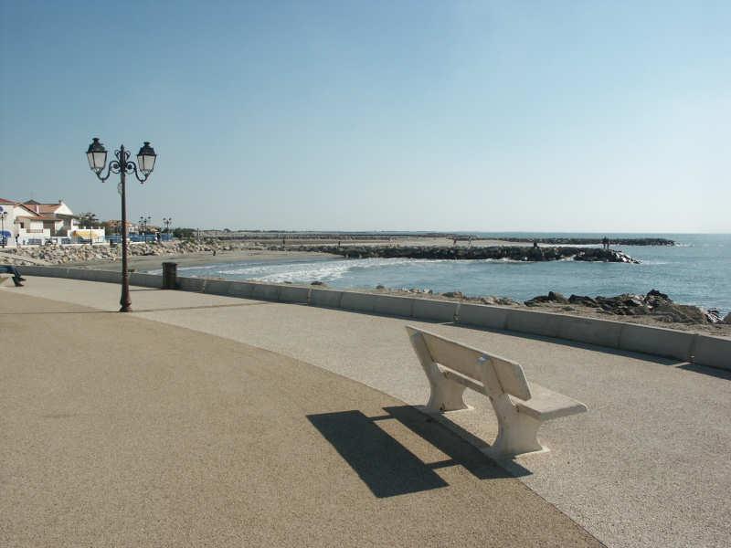 Verwaiste Strandpromenade, Stes-Maries-de-la-Mer