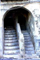 Verwinkelter Treppenaufgang in der Innenstadt von Cefalu / Palermo