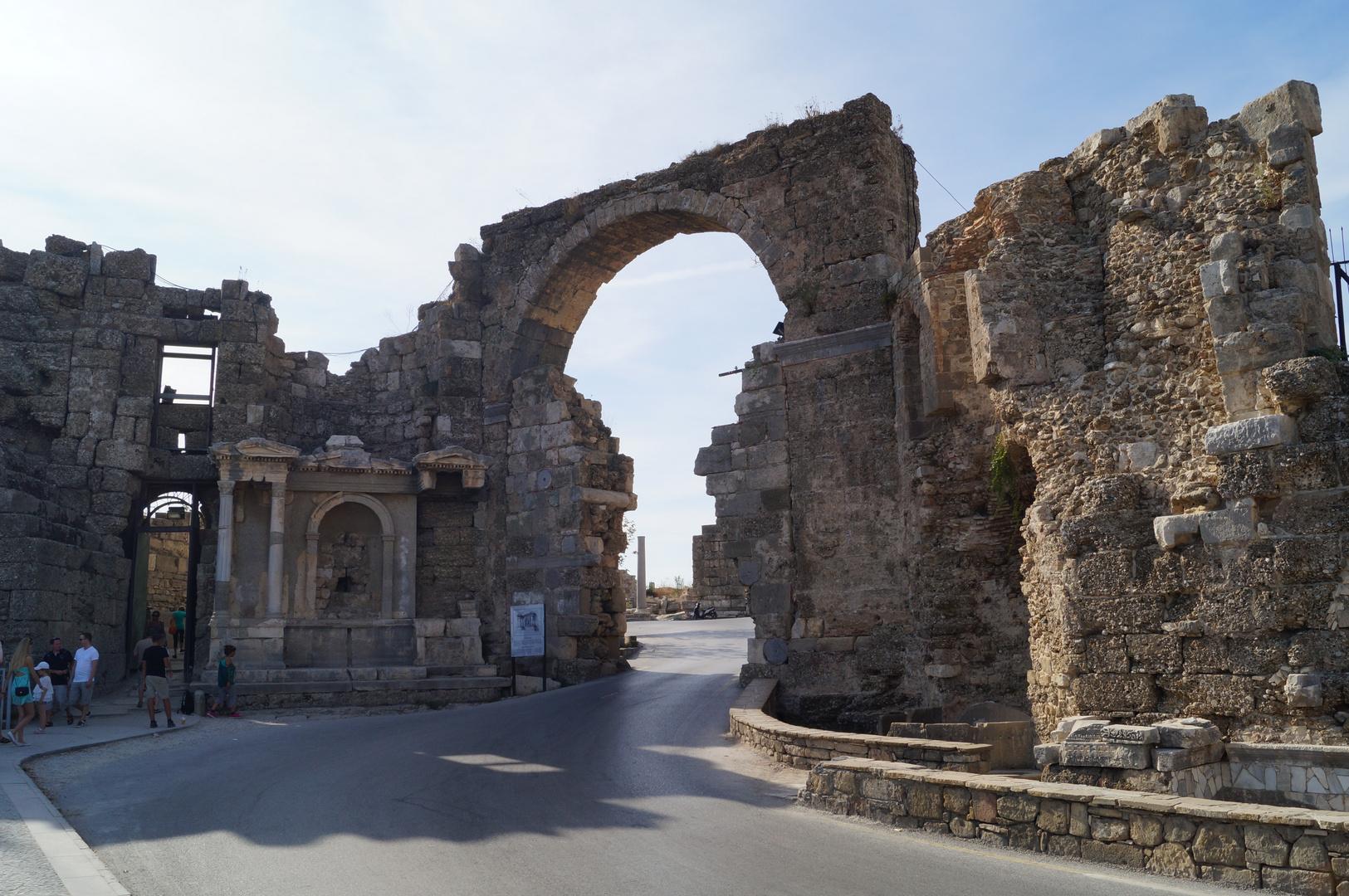 Vespasian-Tor in Side / Side Urlaub Foto 10