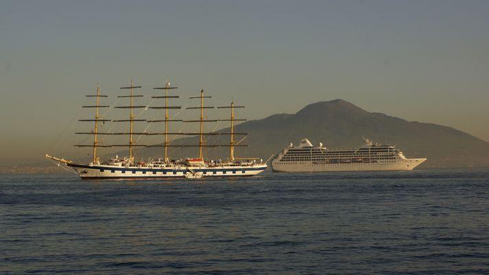 Vesuv, davor Royal Clipper (li.) & Pacific Princess