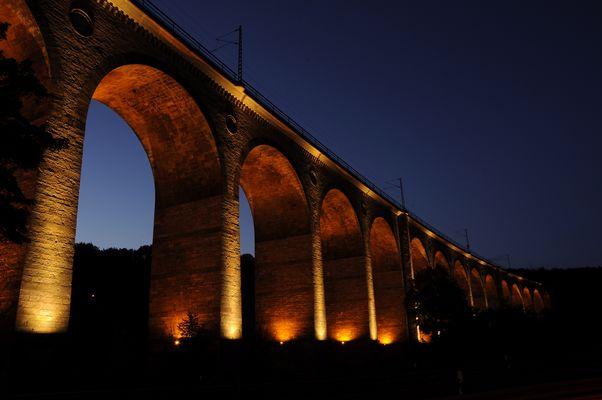 Viadukt bei Nacht