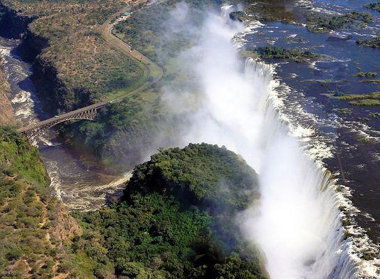 Vic Falls & Brücke zwischen Zambia und Zimbabwe; Serie Zambezi & Victoria Falls
