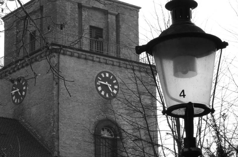Vicelinenkirche mit einer alten Lampe davor
