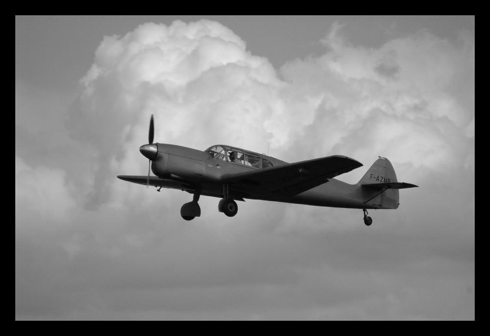 Vieil avion de tourisme au décollage