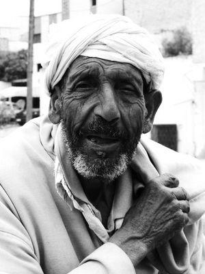 vieillard à l'entrée d'un marché