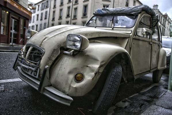 Vieille 2CV rue de la Folie-Régnault HDR