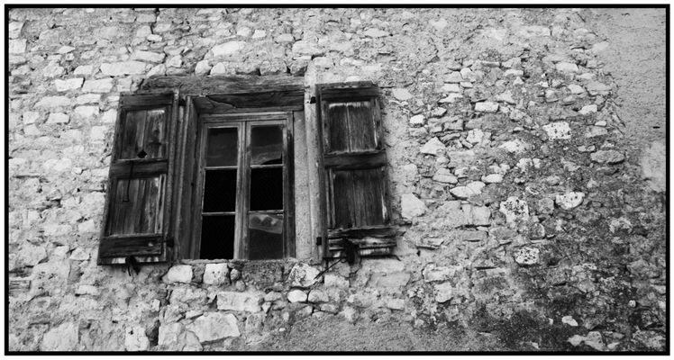 """""""vieille fenêtre sur vieille maison dans vieux village"""""""