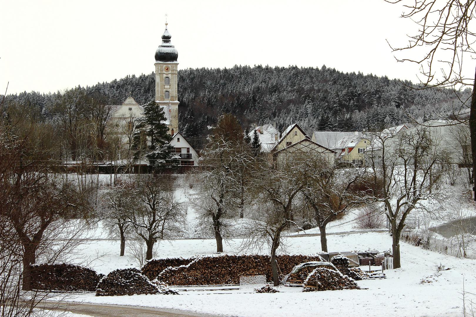 viel Holz, aber die Kirche bleibt kalt