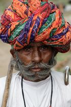 Viel homme dans un village