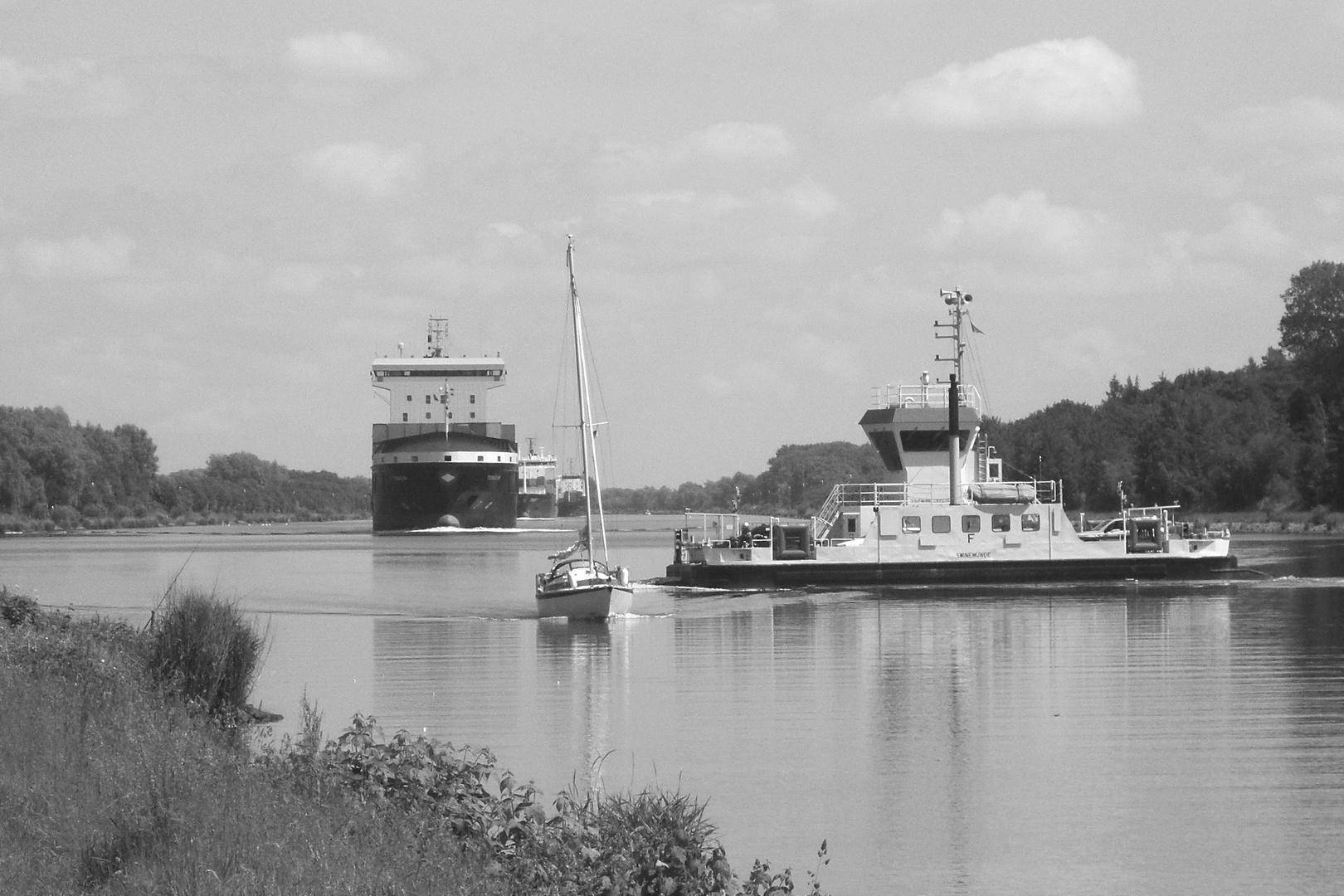 Viel Verkehr am Kanal
