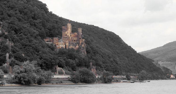 Viele Burgen und Schlösser vom Schiff aus gesehen....