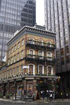 vielle maison parmi les immeubles de la city, Londres