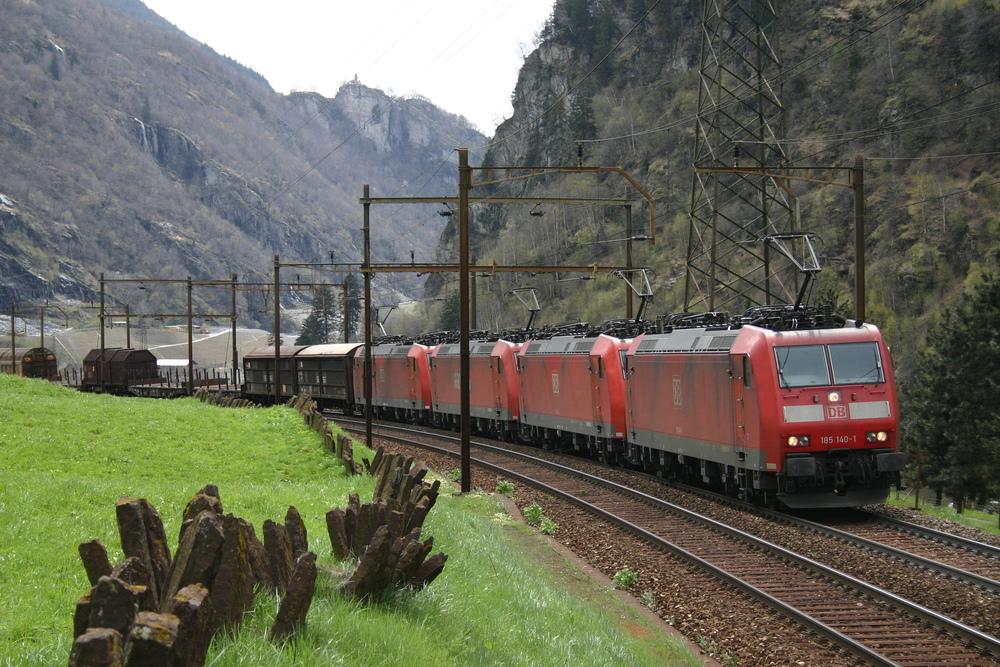 Vierfachtraktion Railion BR 185 am Gotthard
