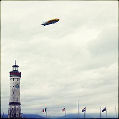 -- Viertel vor Zwei und ein Zeppelin fliegt vorbei --