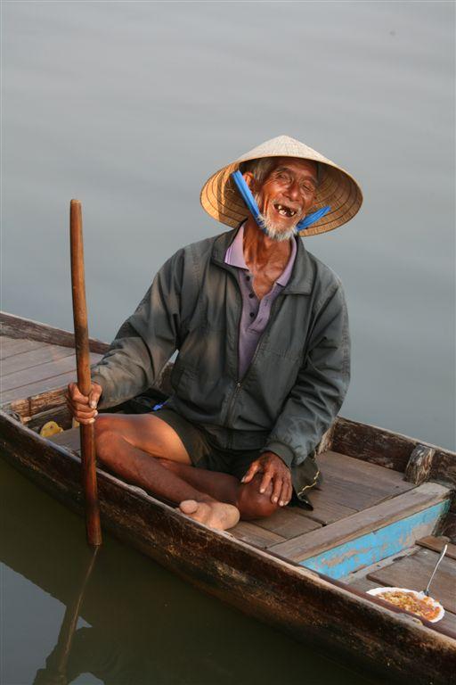VIETNAM - vecchio sul fiume Mekong